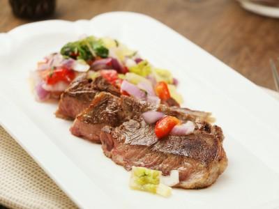 食譜-夏日繽紛多彩多汁莎莎醬嫩煎牛肉